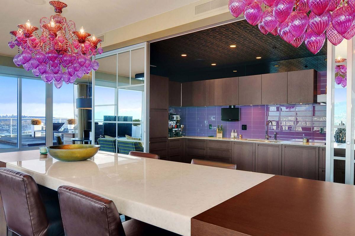 Люстра на кухне может быть не только источником света, но и важным декоративным элементом