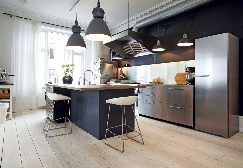 Какой бы не была люстра для кухни в современном стиле, она должна органично вписываться в общий стиль пространства