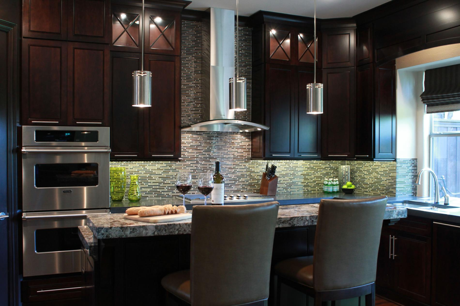 На кухне, оформленной в темных тонах, потребуется более яркое освещение