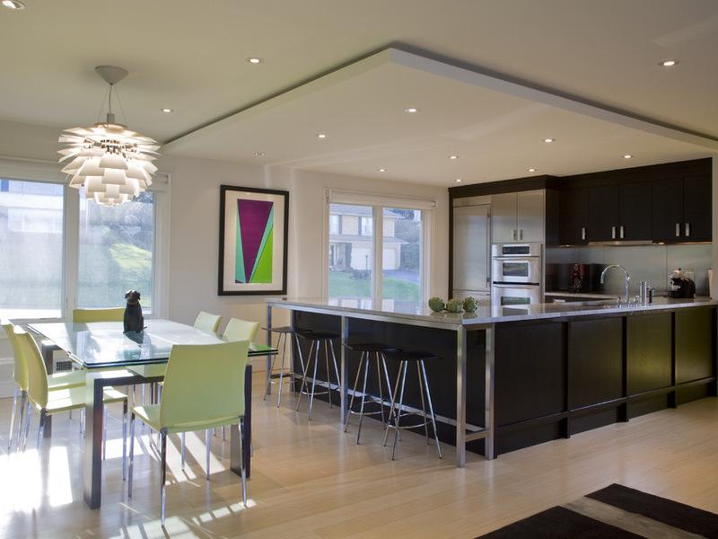 В просторной кухне стоит установить несколько источников света, один из которых будет над обеденным столом