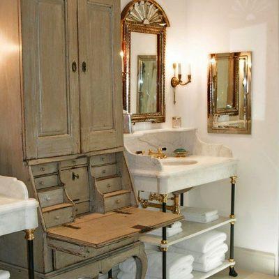 Старинный шкаф в ванной в стиле прованс