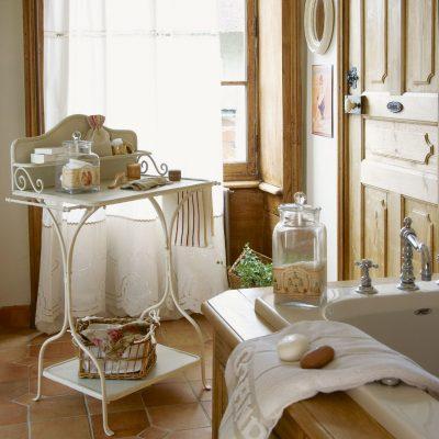 Столик под аксессуары в ванной в стиле прованс