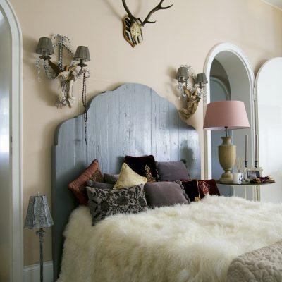 Рога в интерьере спальни