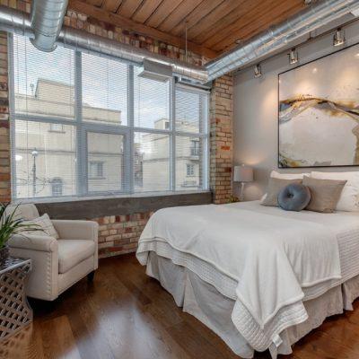 Оформление спальни дизайнером лофт стиле на фото