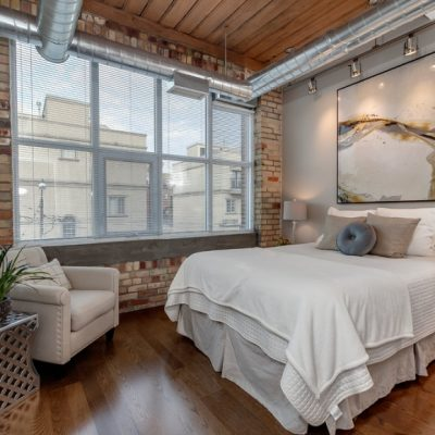 Огромная спальня шале стиля