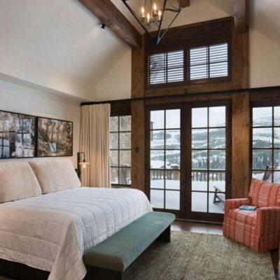 Огромная спальня шале стиля в интерьере на фото