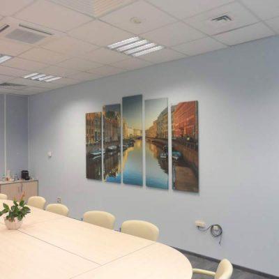 Картины в офисе на стенах