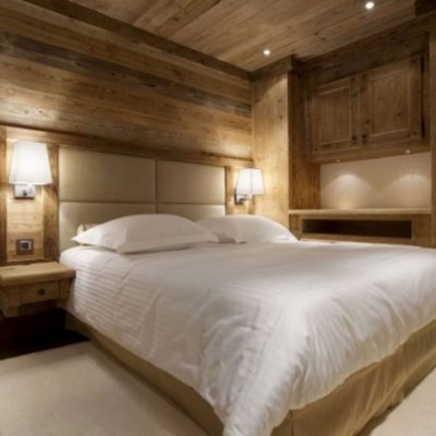 Огромная спальня шале стиля в интерьере на фото примере