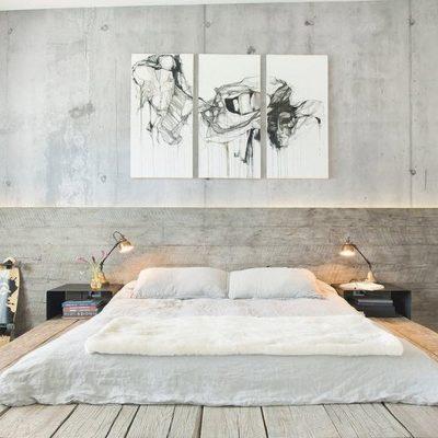 Просторная спальная комната с картиной