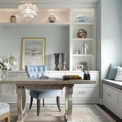 Бледный цвет стен кабинета