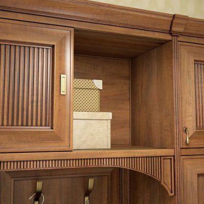 Коричневый шкаф из дерева