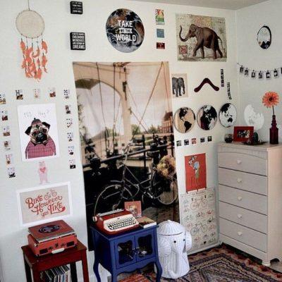 Декорация стен картинами и фотл в комнате
