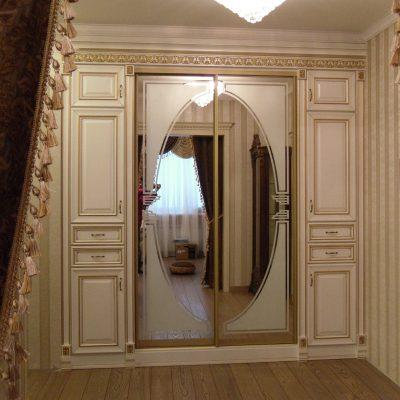 Шкаф белый с зеркалом вида купе