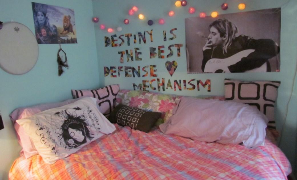 Декорация стен картинами и фото в комнате подростка в тумблер стиле на фото примере