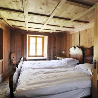 Махровый плед в кровати спальни шале стиля