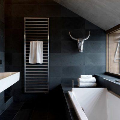 Стильная черная ванна