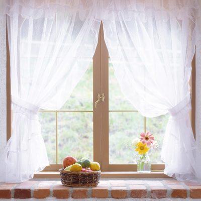Легкие шторы на кухне в окошке