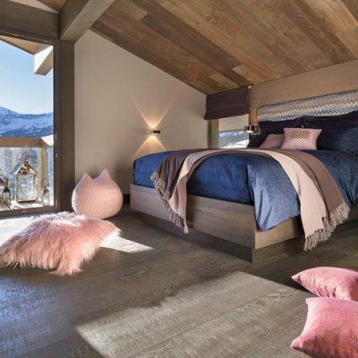 Спальня на мансарде шале стиля