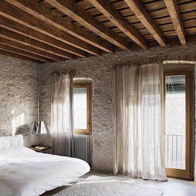 Потолок в стиле лофта в интерьере спальной