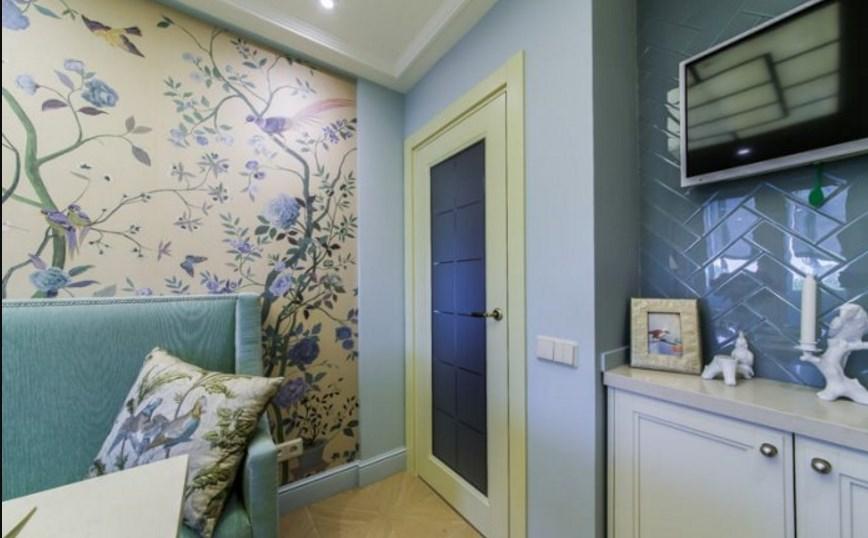 Обои с мелким узором и цветками на стенах кухни в прованс духе