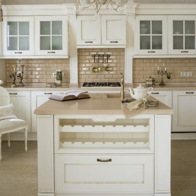 Кухня с вытяжкой неоклассика стиля светлая