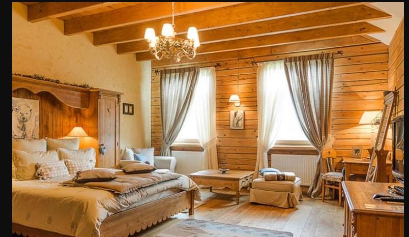 Отделка деревом стен спальни шале стиля сплаьни