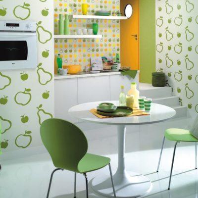 Обои с мелким узором и цветками на стенах кухни в прованс духе на фото примере