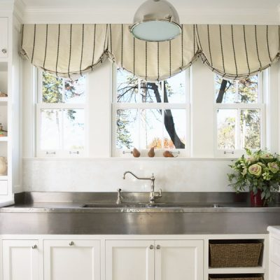Светлая кухня со шторами