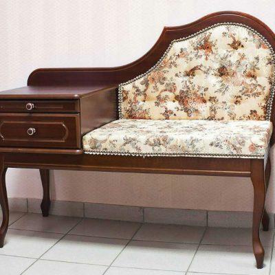 Банкетка из дерева ореха оттенка в классическом стиле в интерьере