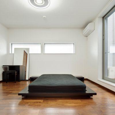 Полупустая спальня