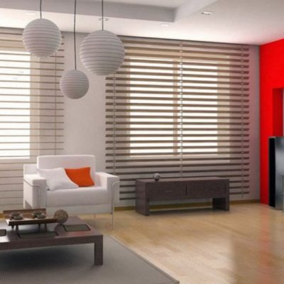 Уютная гостиная светлого оттенка с освещением на фото примере