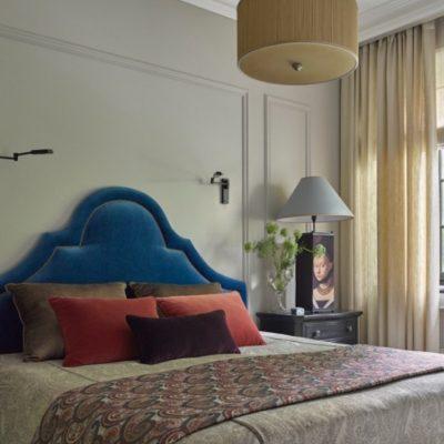 Изголовье кровати в спальне синее