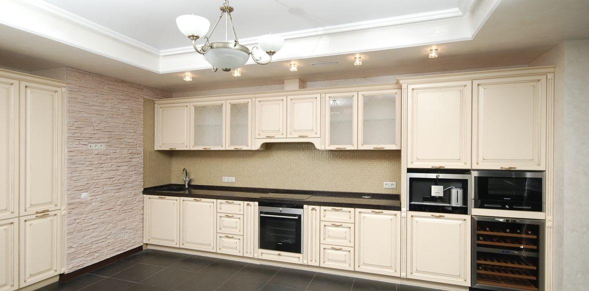Кухня с вытяжкой неоклассика стиля светлая на фото