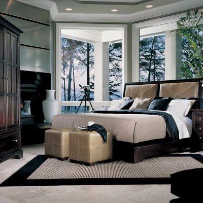 Огромная кровать в спальне американского стиля с банкеткой