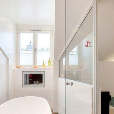 белая узкая ванная
