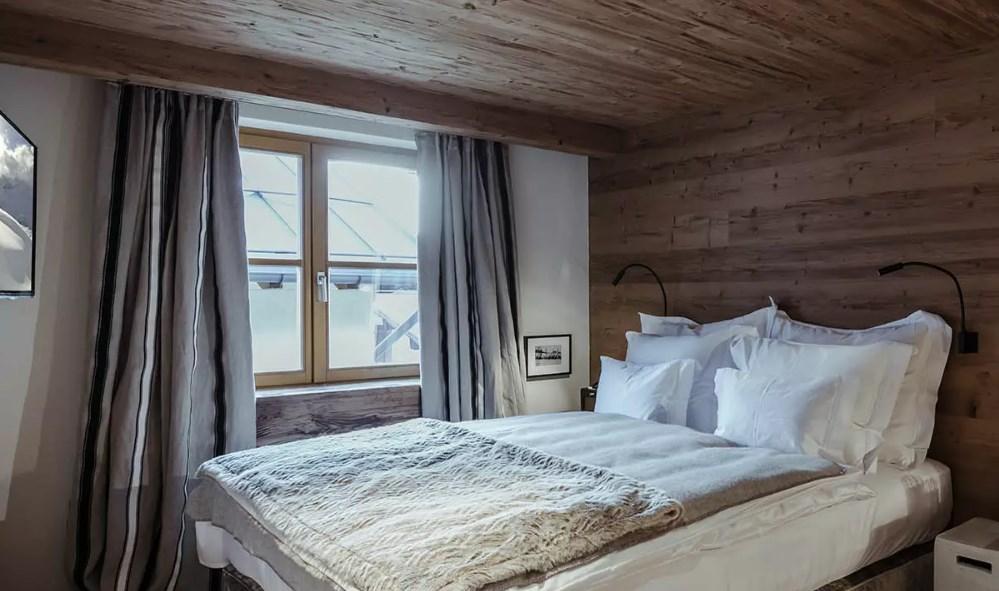 Отделка потолка спальни в стиле альпийское шале на фото