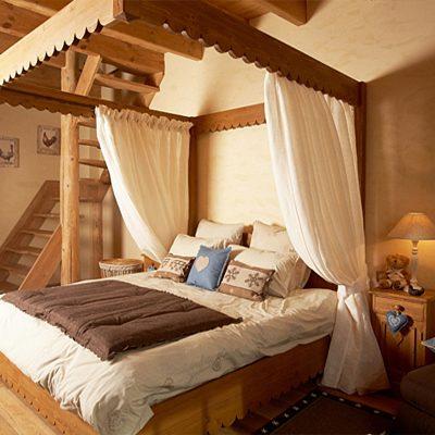 Отделка потолка спальни в стиле альпийское шале на фото примере