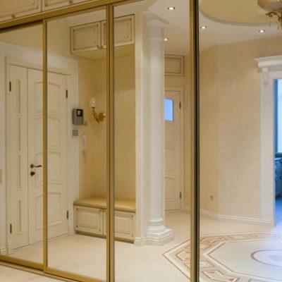 Шкаф белый с зеркалом вида купе в интерьере прихожей в классическом стиле на фото
