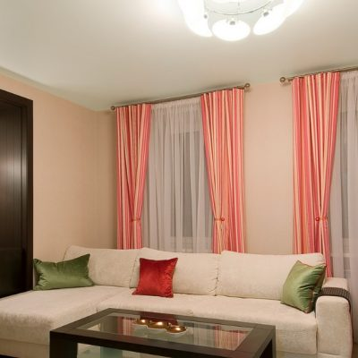 Розовые шторы в зал