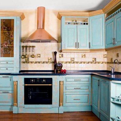 интерьер кухни в бежеов-голубых тонах