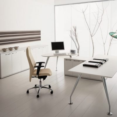 Интерьер кабинета с современной мебелью на фото