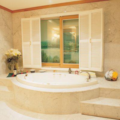 окно в ванной кантри