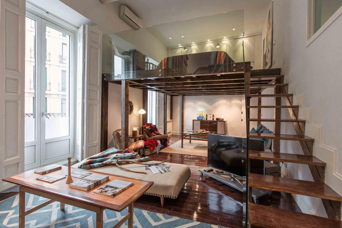 Если позволяет потолок, можно соорудить дополнительный этаж для размещения, например, спальной зоны