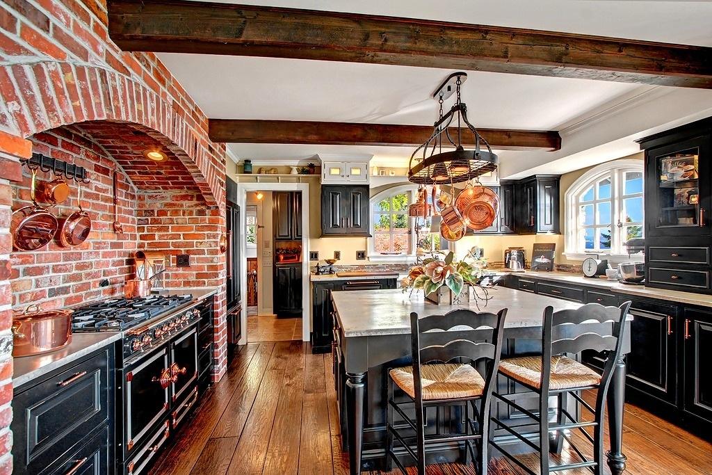 Медная посуда - это не только функциональный, но и декоративный предмет на кухне