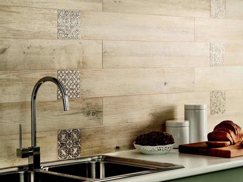 Керамическая плитка, имитирующая дерево, прекрасно подойдет для фартука на кухне