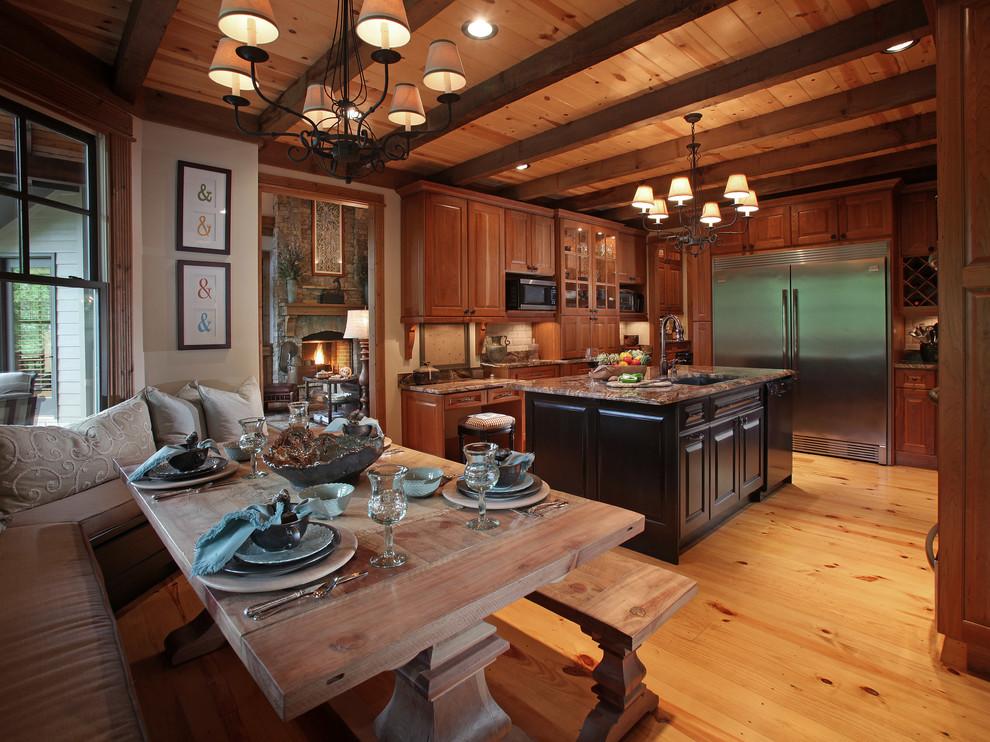 На кухне в деревенском стиле мебель, декоративные элементы и отделка выглядят натурально и добротно