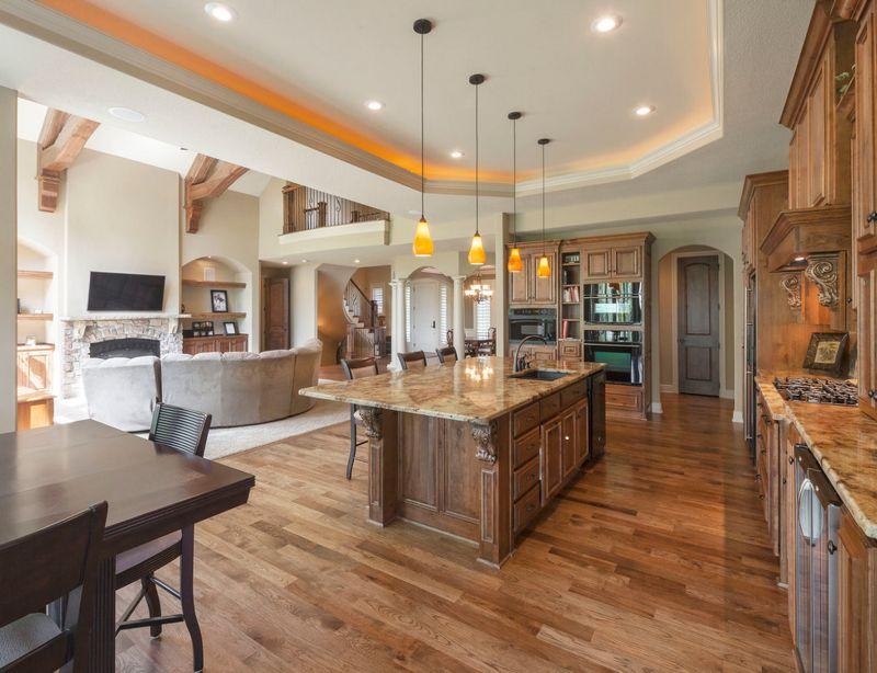 Оформляя просторную кухню, стоит помнить прежде всего о зонировании и едином цветовом исполнении