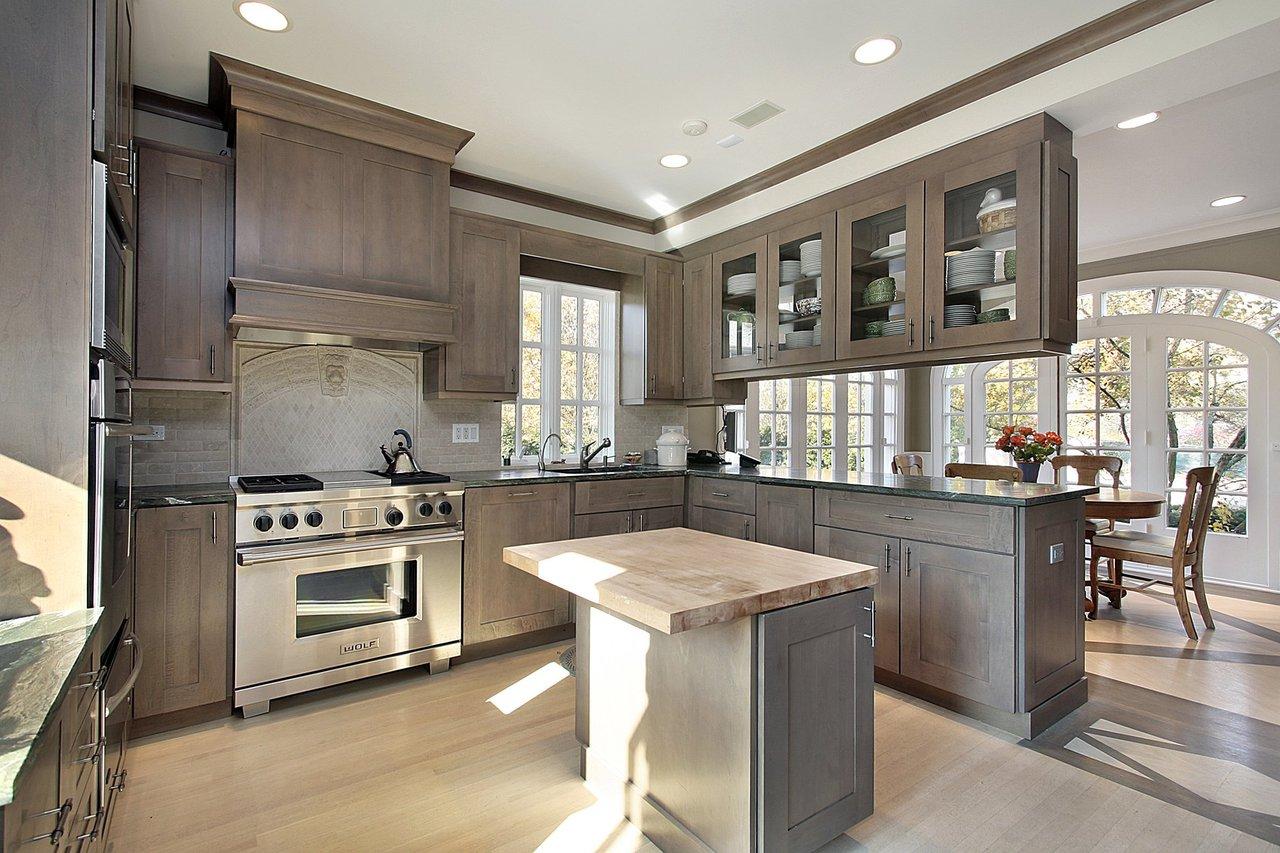 Кухонный гарнитур в американском стиле имеет внушительные размеры и занимает всю высоту до потолка