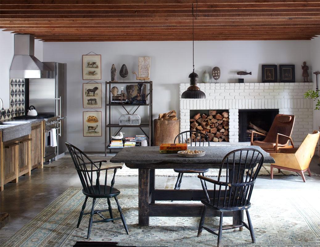 На кухни в стиле кантри можно увидеть деревянную мебель грубой работы, а также старинную