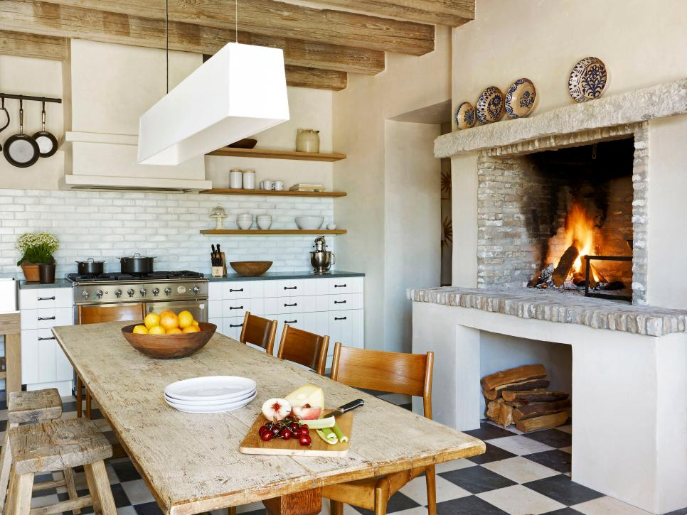 Потолок на кантри кухне украшают балками